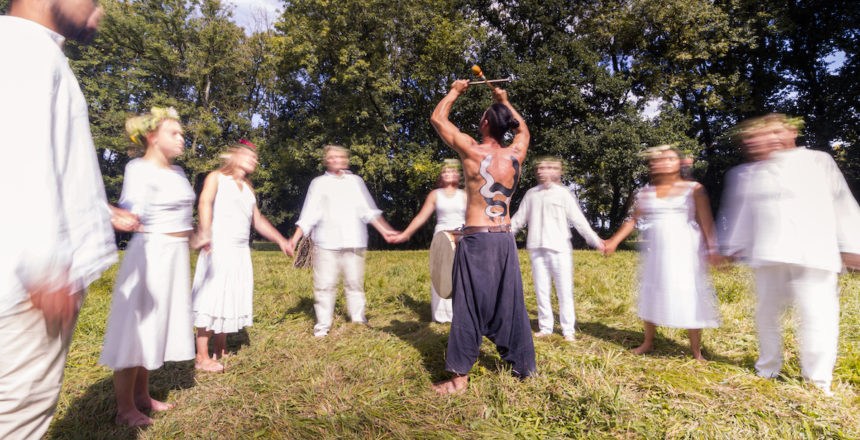Une bonne partie de la journée est consacrée aux plans de danse bretonne. Pour les danseurs, reprendre sans fin la même chorégraphie finit par être éprouvant. Pour moi, c'est l'occasion de tester des choses, comme cette pose semi-longue accentuant le côté fantomatique des danseurs.